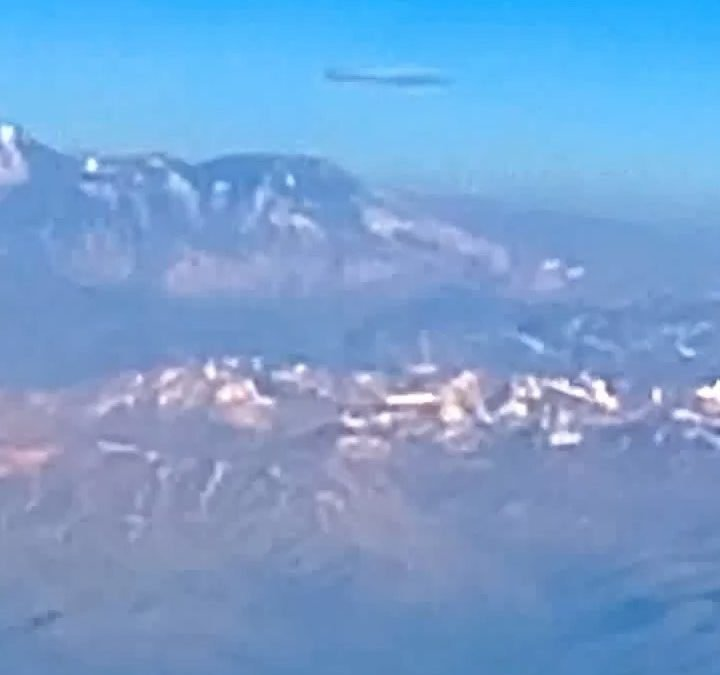 Cigar UFO filmed from airplane window over Andes 🛸🛸🛸🛸 #perú #aliensure