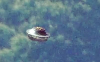This UFO sighting is by tourists in August 2015, The Henning family captured this incredible footage while on vacation with multiple eye witnesses and angles. 😯 What do you think? Via: @ufo_uap_phenomenon via ThirdPhaseOfMoon Paul Barrett