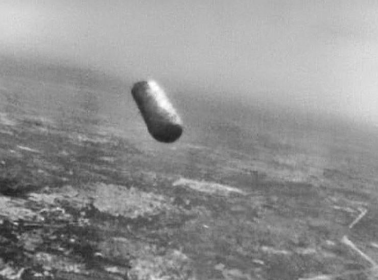 Photograph by Military Pilot Giancarlo Cecconi UFO Over Italy, 1979 With unused film in the cameras of his aircraft, the pilot activated the cameras and approached the UFO at a distance of 70-80 meters and at a speed estimated at 300 knots (450-500 km). The object was a cylindrical object no less than eight meters (26 feet) long and no